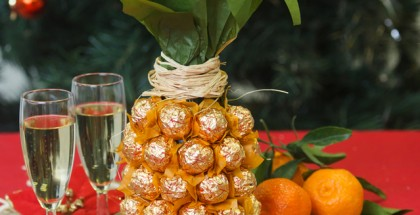 Creative-gift-wrap-ideas-champagne-sparkling-wine-bottle-chocolates-pineapple