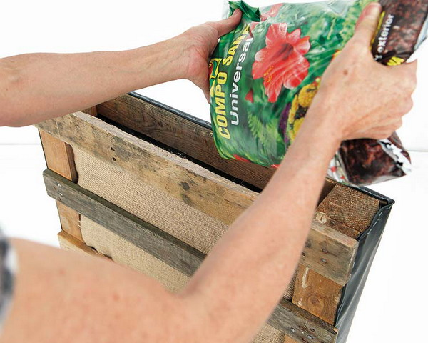 DIY pallet vertical garden burlap film soil flowers
