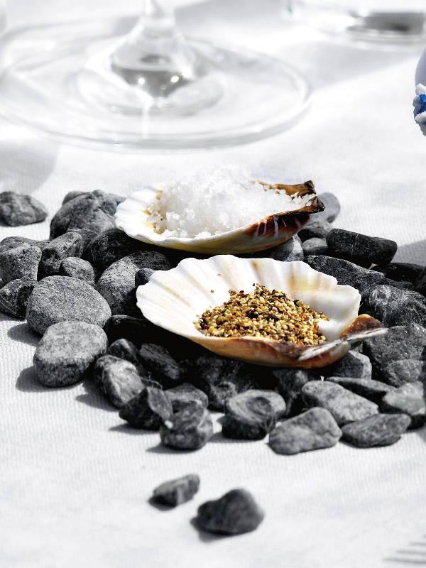 beach themed party pepper salt mills sea shells bed pebbles