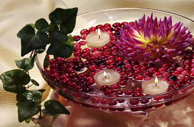 centerpiece-floating-candles-red-berries-flower