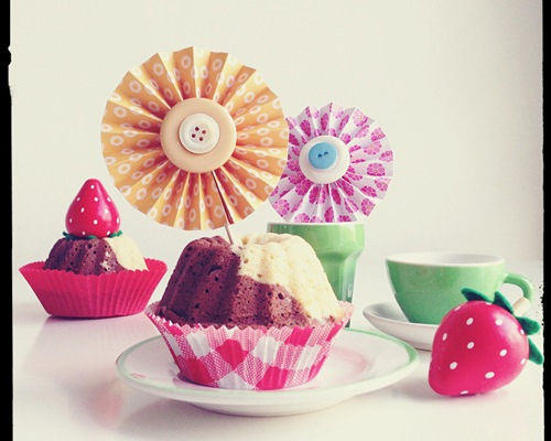 Easy cupcake decorating ideas colourful paper wheels for Fun and easy cupcake decorating ideas