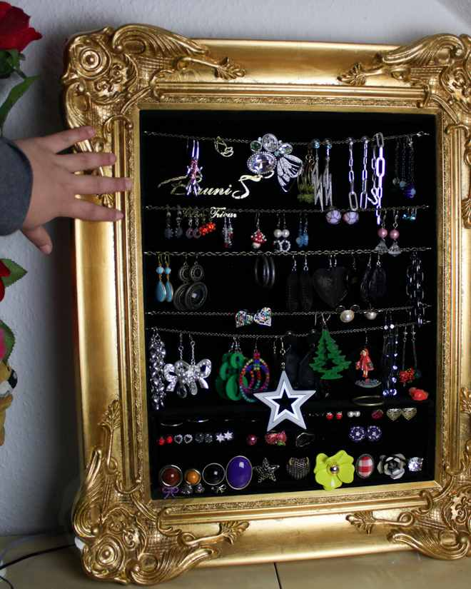 diy-jewelry-storage-ideas-vintage-painting-frame-earrings