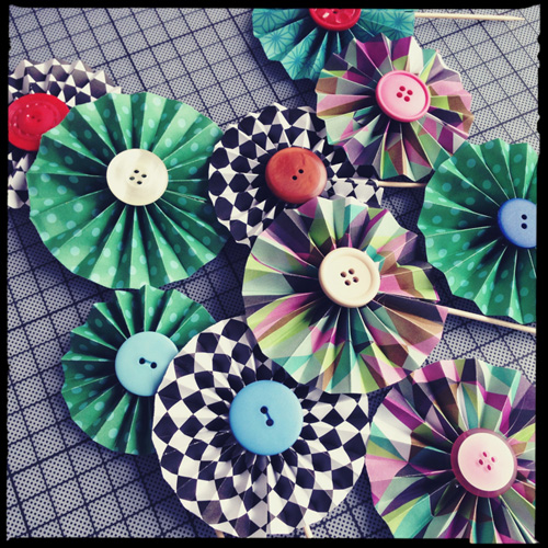 easy cupcake decorating ideas diy paper wheels toothpicks