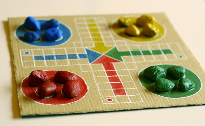fun-picnic-ideas-handmade-ludo-game-cardboard-painted-pebbles