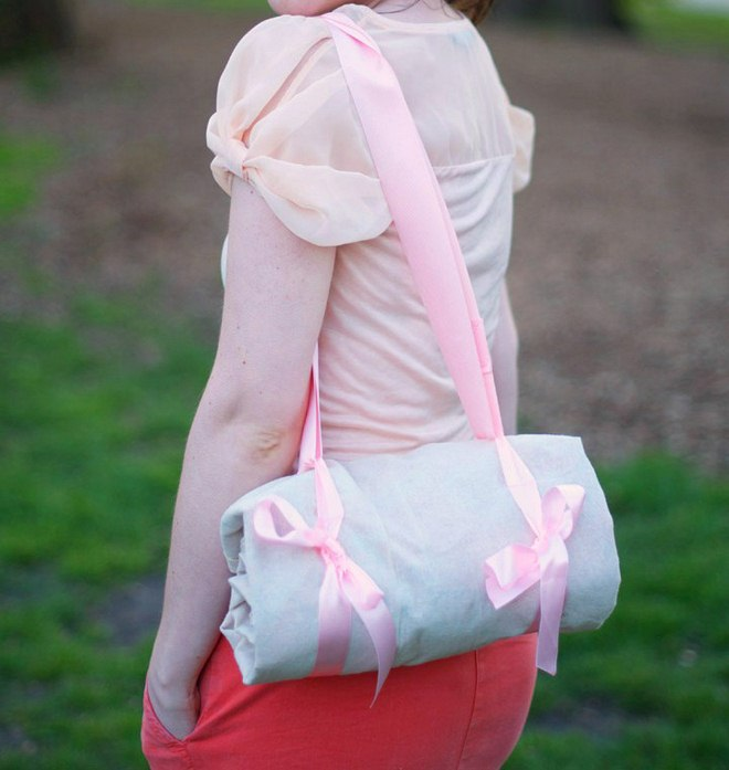 fun picnic ideas rolled-picnic-blanket-pink-ribbon