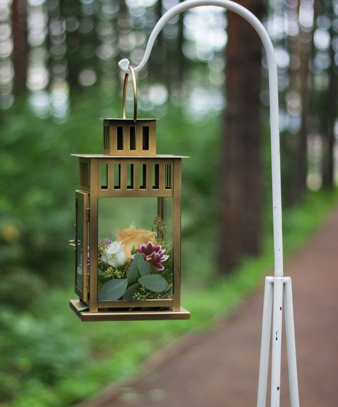 Garden decorating ideas diy-metal-lantern-flowers-hanging
