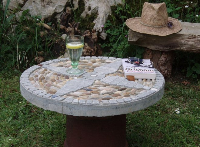 garden-decorating-ideas-diy-table-pebbles-cement