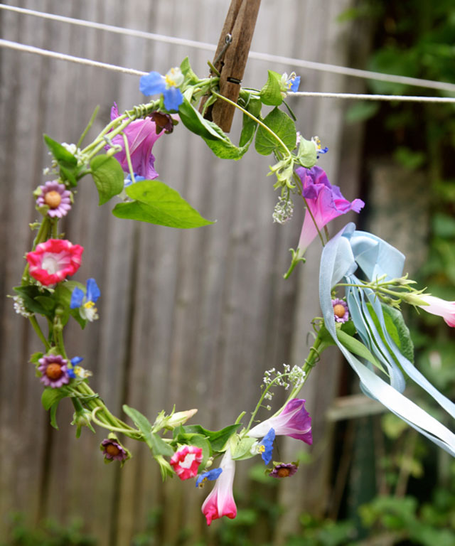 garden-decorating-ideas-flower-wreath-clothes-line