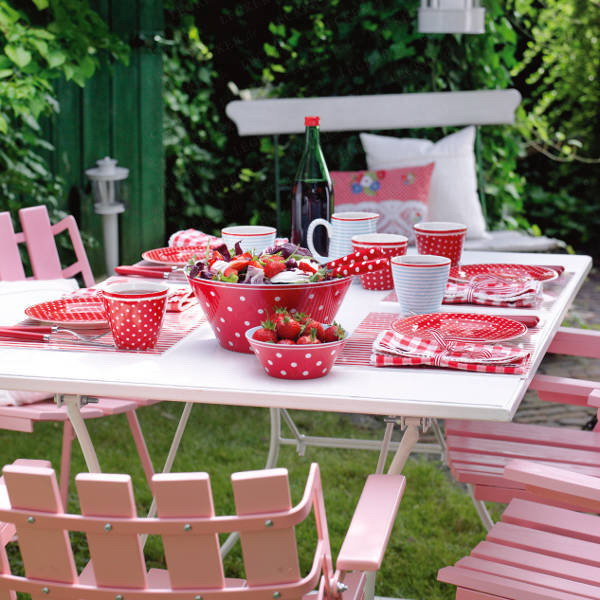 Summer garden party theme – Table decorating ideas with strawberries