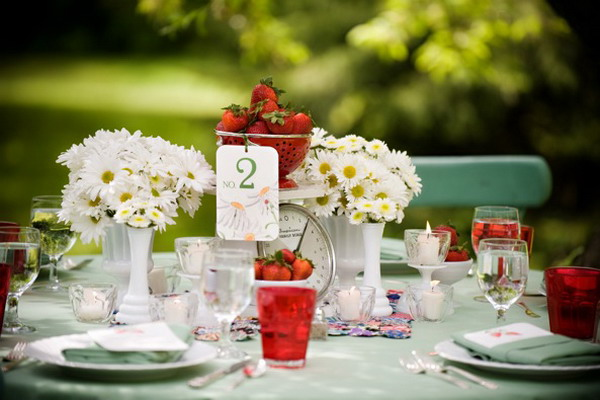 summer-garden-party-theme-strawberries-red-glasses-daisies
