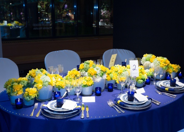 table decoration ideas summer-cobalt-blue-yellow-flowers