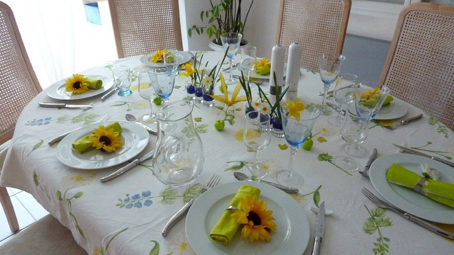 table decoration ideas summer-tablecloth-sunflowers-plates