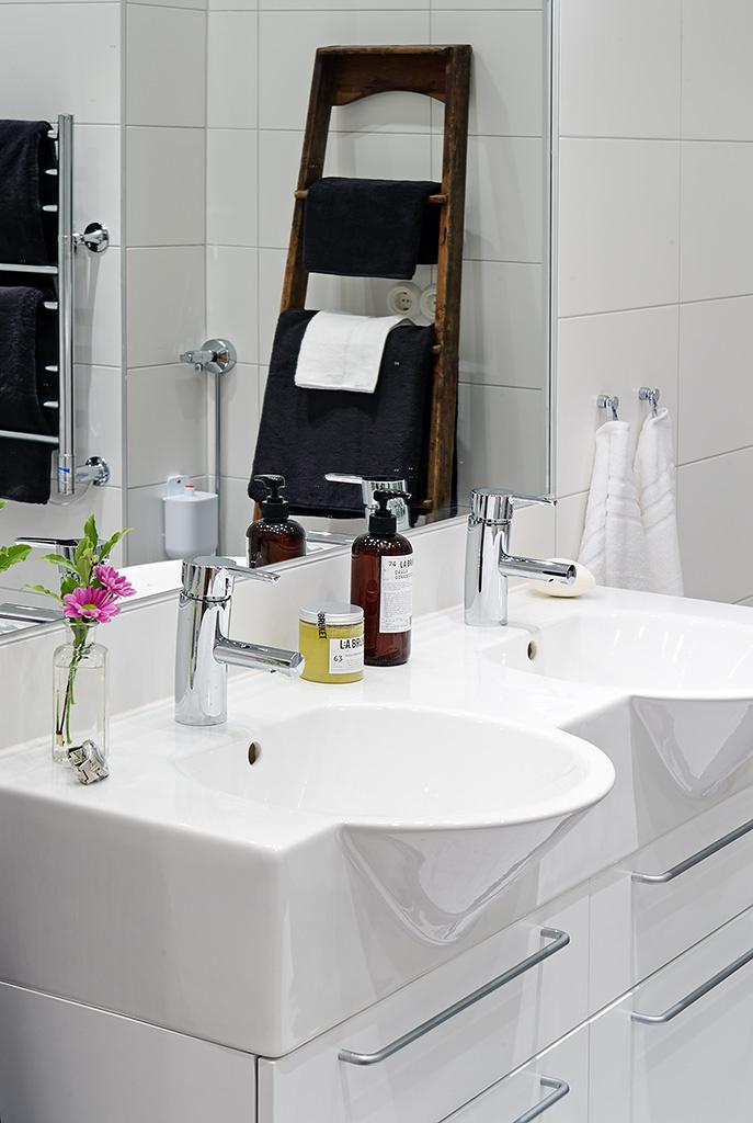 Bathroom shelf and towel rail - Diy Ladder Shelf Ideas Easy Ways To Reuse An Old Ladder