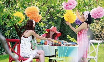 diy-garden-decorations-pom-poms-tissue-paper