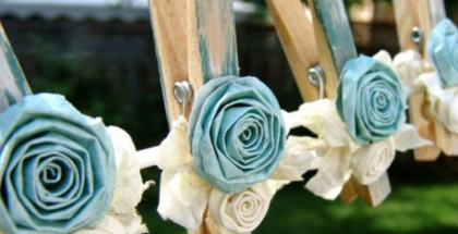 diy-garden-garlands-crafts-clothespins-fabric-roses-blue-white