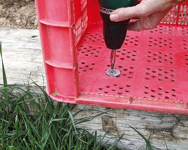 diy garden projects plastic crate reading place wood