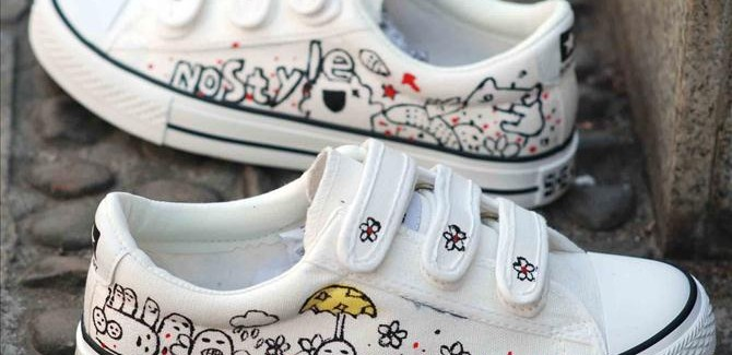 DIY shoes ideas – Hand painted sneakers with black kitten silhouettes