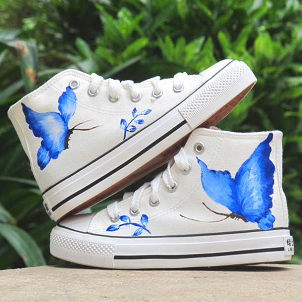 Diy shoes ideas hand painted sneakers with black kitten for Shoe sculpture ideas