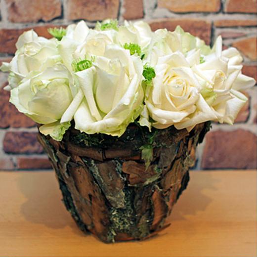 diy table flower arrangement white roses tree bark rustic decor