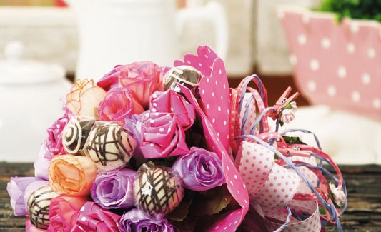 Make a candy flower bouquet – DIY idea with paper roses and chocolates