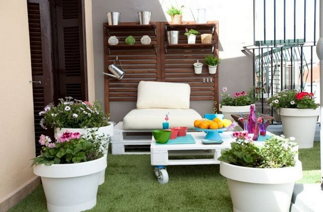 Summer Decorating Ideas Balcony Pallet Sofa Coffee Table Faux Grass Carpet