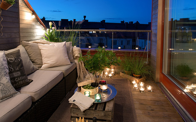 summer-decorating-ideas-balcony-wood-crate-table-teaglass-candle-holders