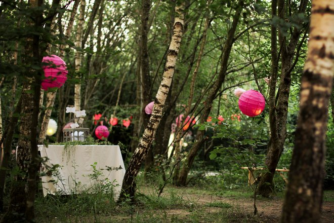 Summer decorating ideas -garden-paper-lanterns-trees