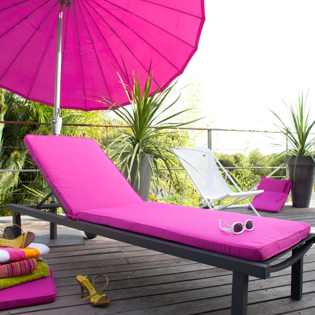 summer-decorating-ideas-terrace-pink-sun-lounger-cushion