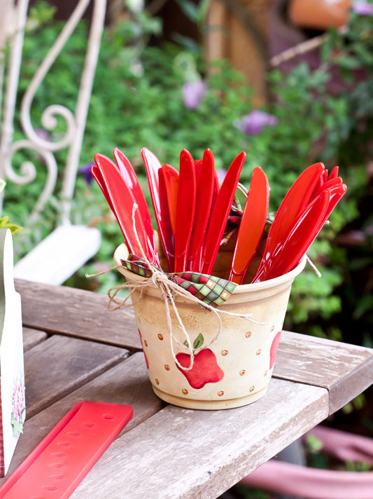 diy kitchen storage ideas cutlery utensils flower pot garden party plastic knives