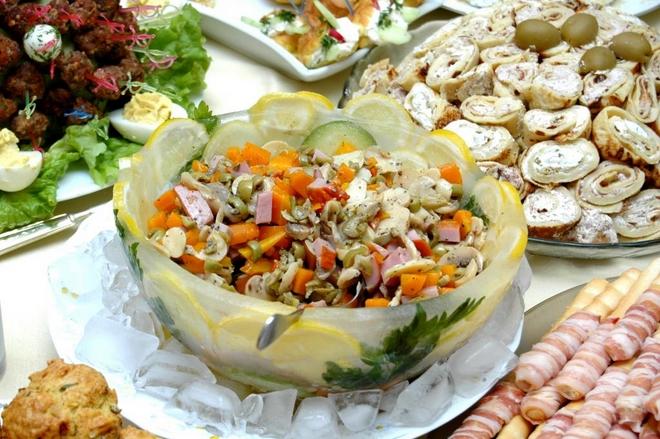 Summer decorating ideas -ice-bowl-salad-lemons-herbs