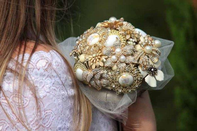 vintage bridal bouquet brooches wedding trend
