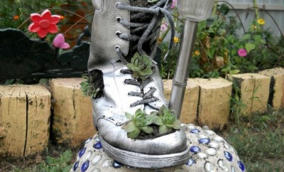 diy-garden-decor-idea-boot-succulents-planter