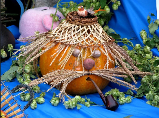 easy pumpkin centerpieces man-spelt-moustache-basket-hat-pipe