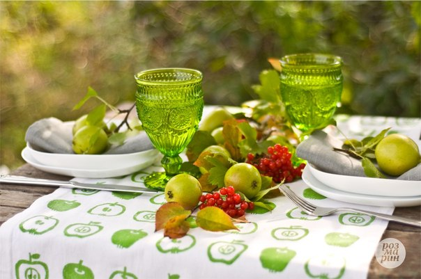 napkin decor ideas fall-garden-party-apples-red-berries