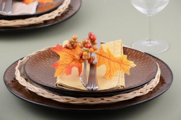 fall-table-napkin-decor-ideas-cream-linen-napkin-faux-autumn-leaves