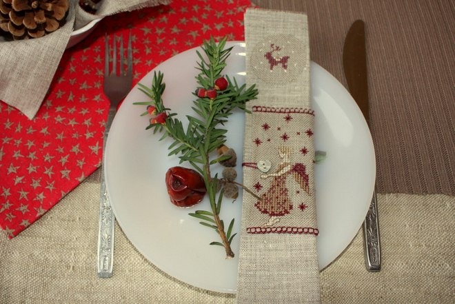 fall-table-napkin-decor-ideas-embroidered-napkin-greenery-pine-branch