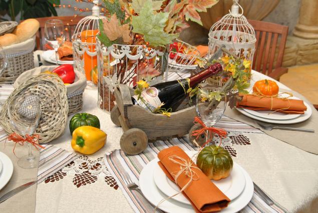 fall-table-napkin-decor-ideas-orange-napkins-raffia