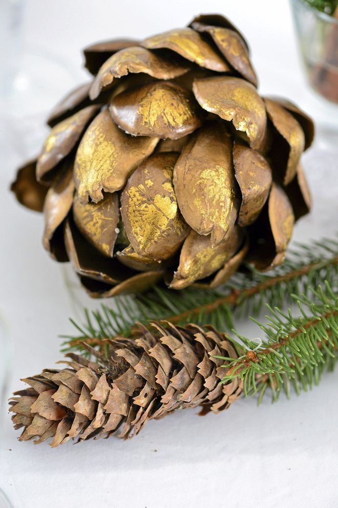 fall-table-napkin-decor-ideas-pinecones-gold-painted-artichoke