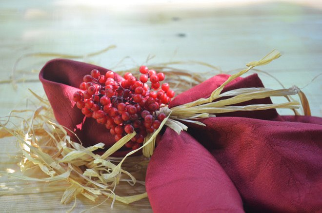 napkin decor ideas red-linen-napkin-raffia-ribbon-berries