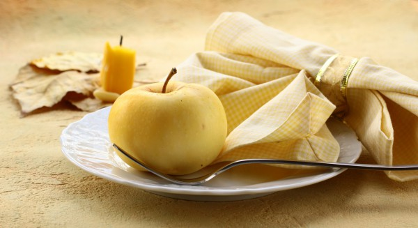 fall-table-napkin-decor-ideas-yellow-checkered-napkin-yellow-apple