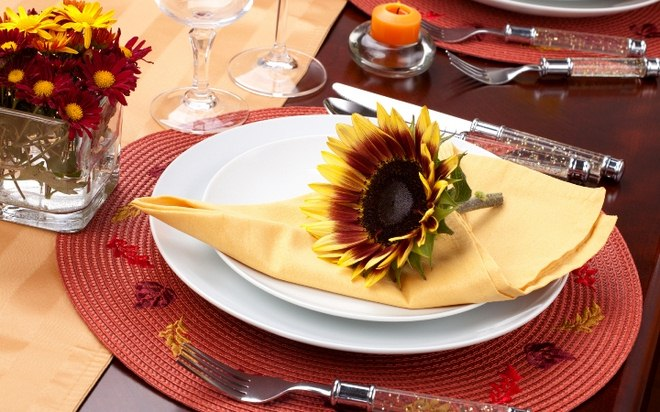 fall-table-napkin-decor-ideas-yellow-napkin-sunflower