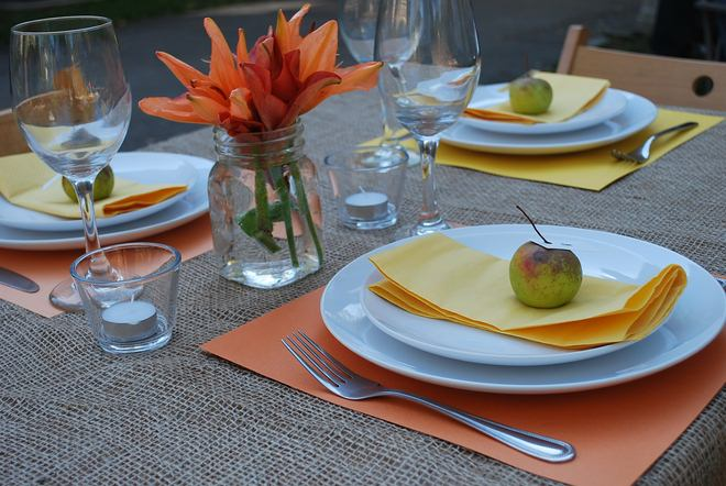 fall-table-napkin-decor-ideas-yellow-paper-napkins-apples-place-cards
