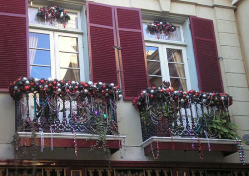Christmas window decoration ideas and displays for Fall balcony decorating ideas