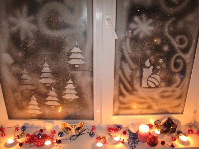 christmas-window-decoration-ideas-candles-snow-spray