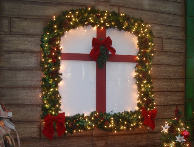 christmas window decoration ideas greenery garland lights ribbons - Christmas Window Sill Decorations Ideas