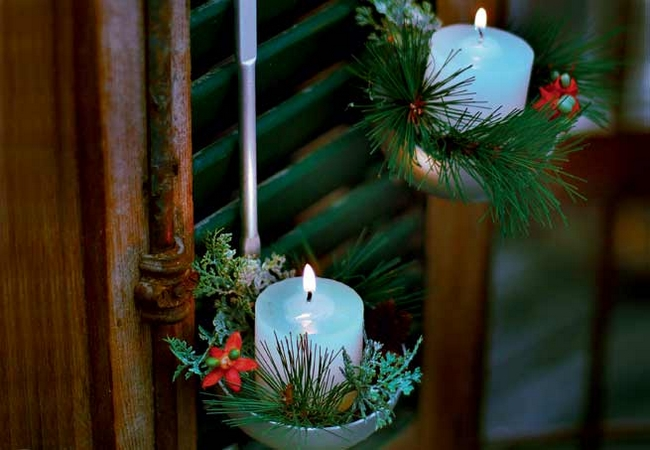 christmas window decoration ideas ladle-candles-evergreens