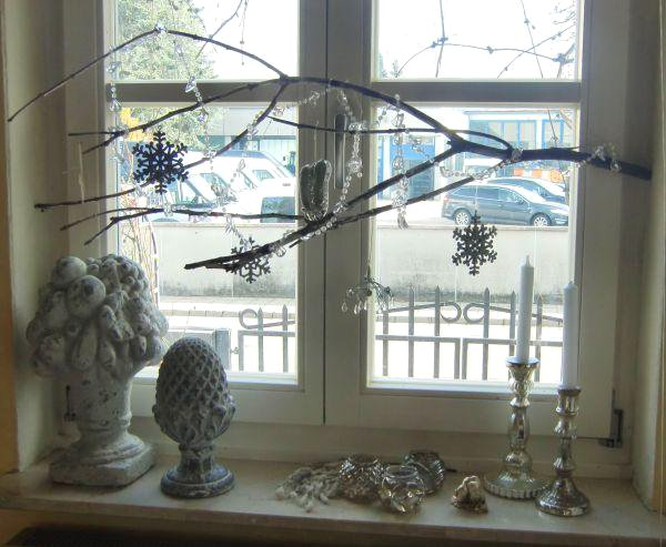 christmas-window-decoration-ideas-silver-blue-branch