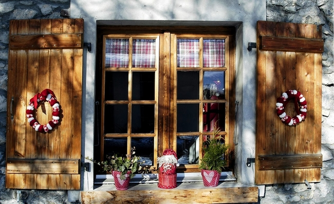 christmas-window-decoration-wooden-shutters-wreaths-red-pots