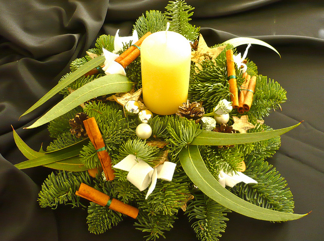 christmas-wreath-centerpiece-cinnamon-sticks-evergreens