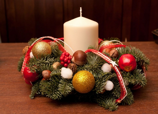 christmas-wreath-centerpiece-gold-red-nuts-apples